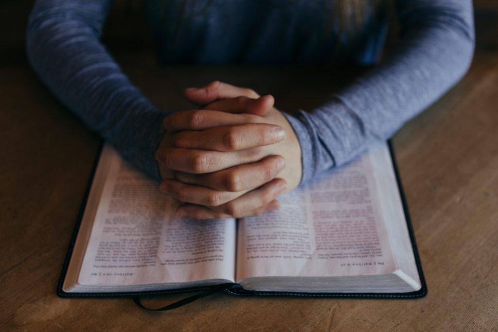 que enseñan genealogias de dios